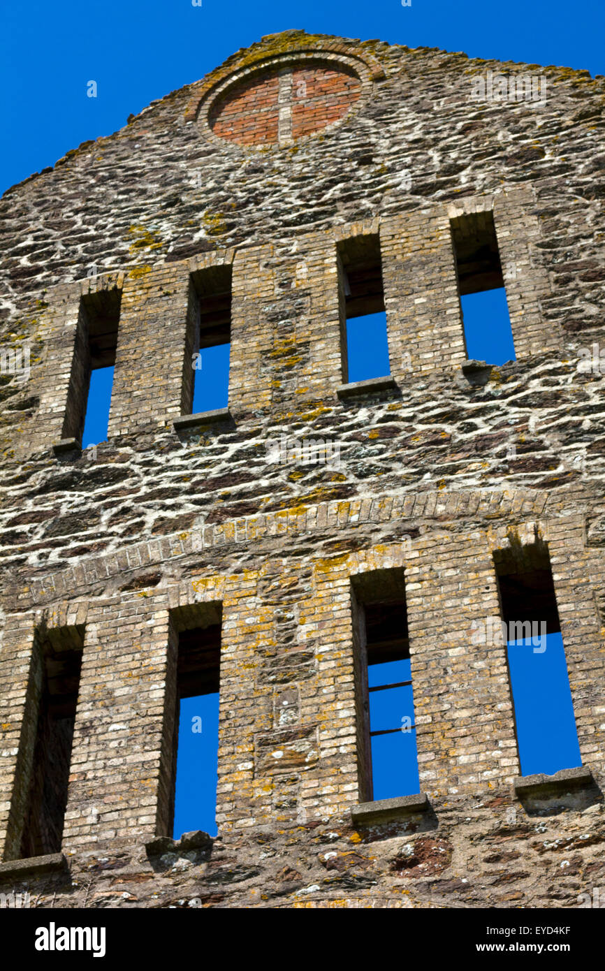 The Engine House Gable End Ruins of Historic Wheal Rose Tin Mine Against a Vivid Blue Sky, Saint Newlyn East, Cornwall. - Stock Image