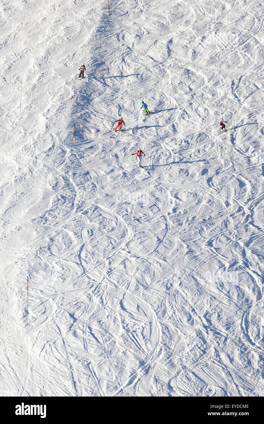 Ski holiday, Skiers carving downhill, Sudelfeld, Bavaria, Germany - Stock Image