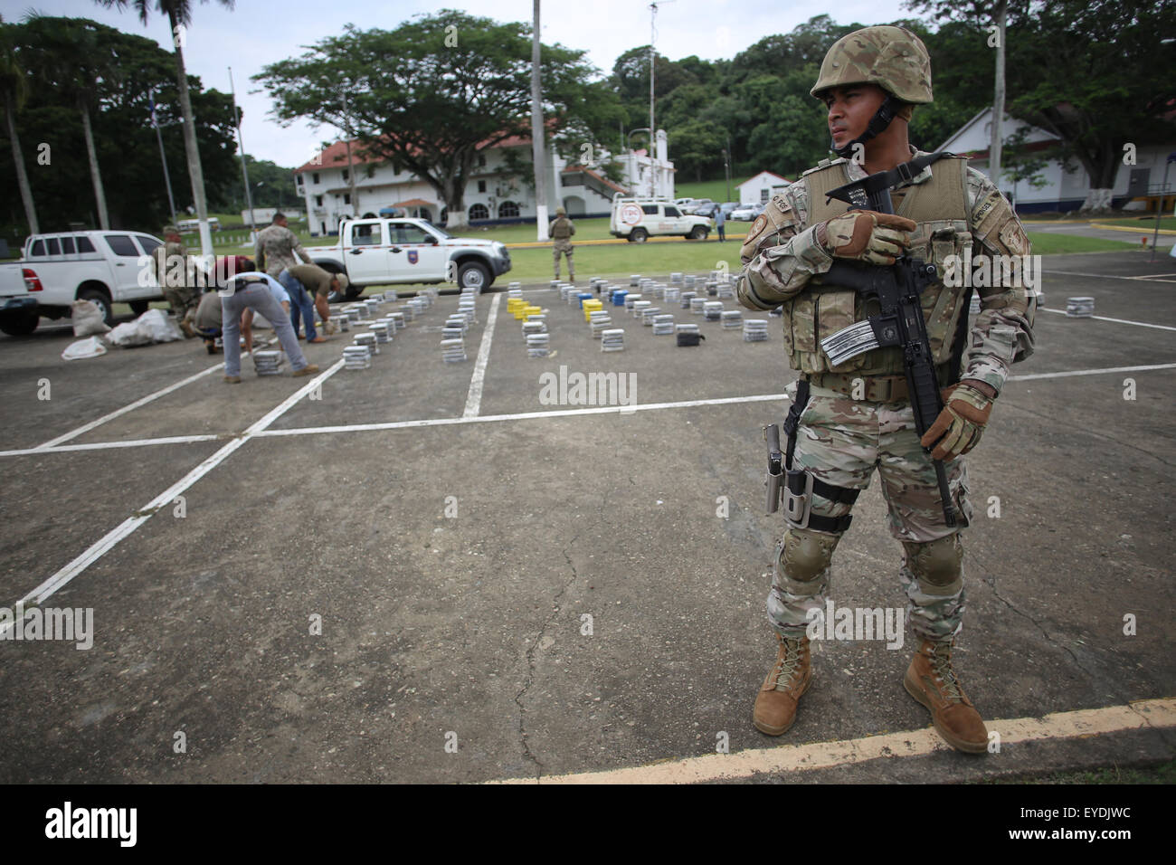 Panama City, Panama. 27th July, 2015. Elements of the National Air and Naval Service (SENAN) guard drug packages - Stock Image