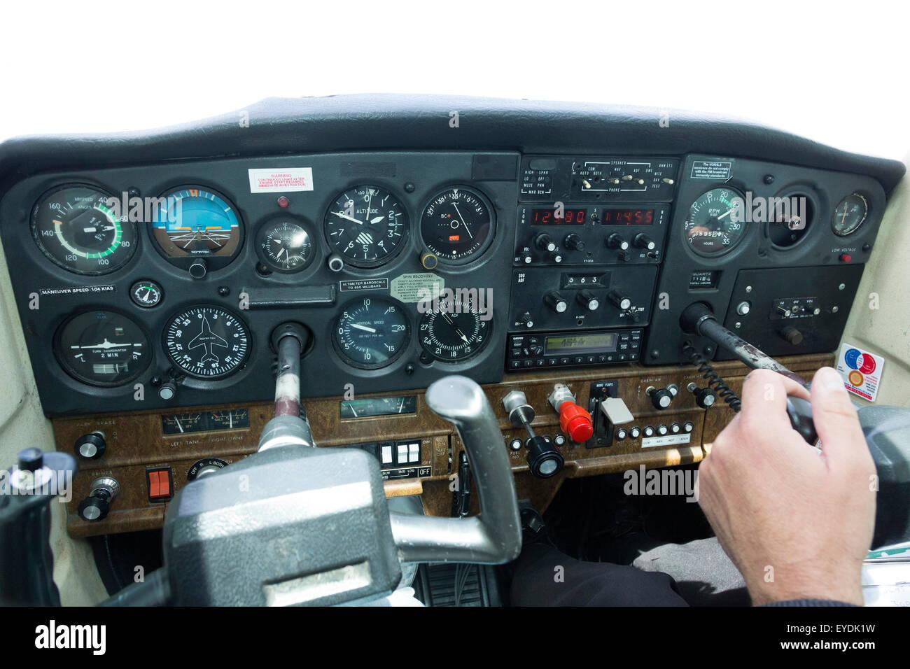 cockpit instrument panel of a Cessna 152 light aircraft - Stock Image