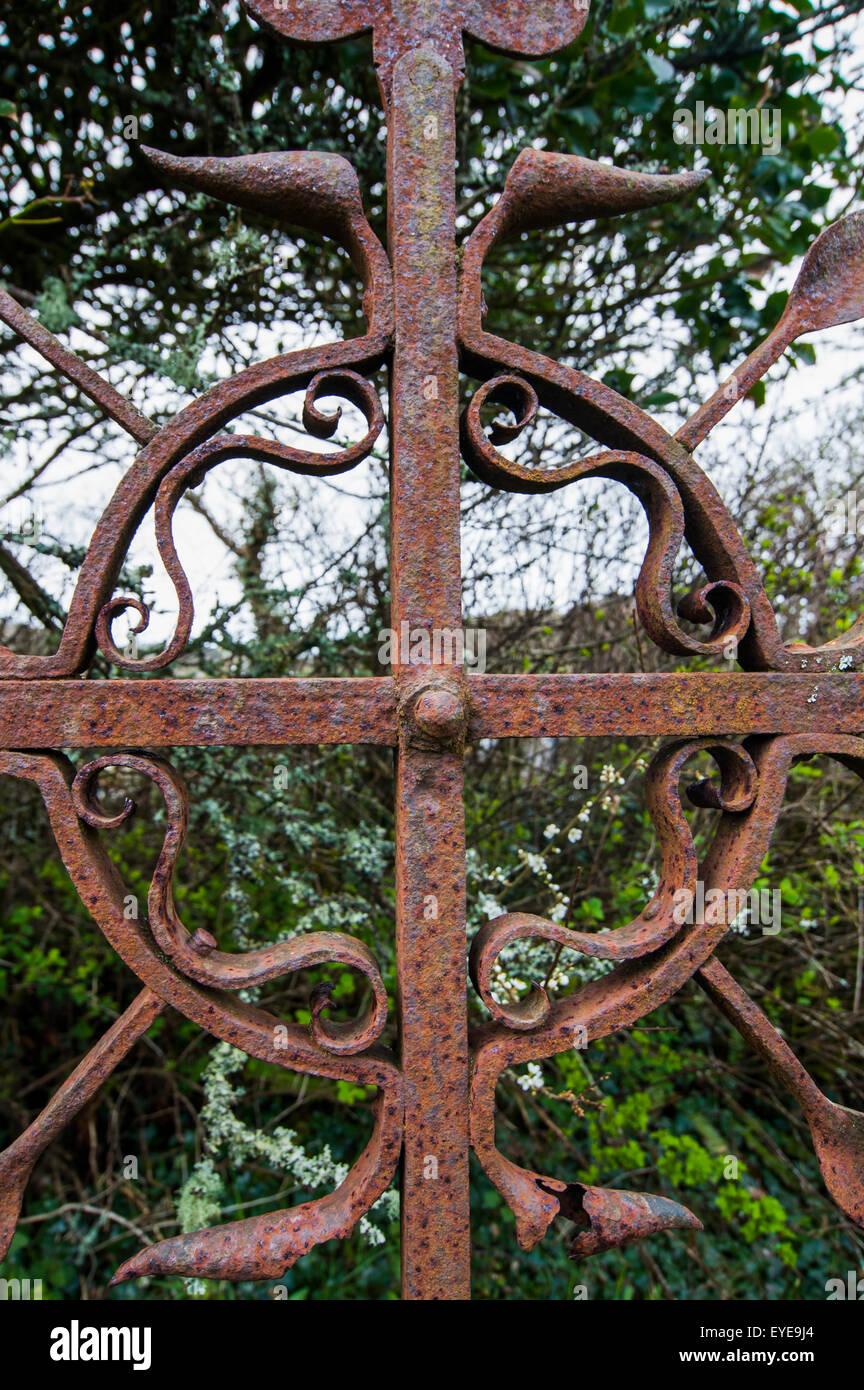 Old rusted metal Irish Celtic Cross grave marker, Creagh, West Cork, County Cork, Ireland - Stock Image