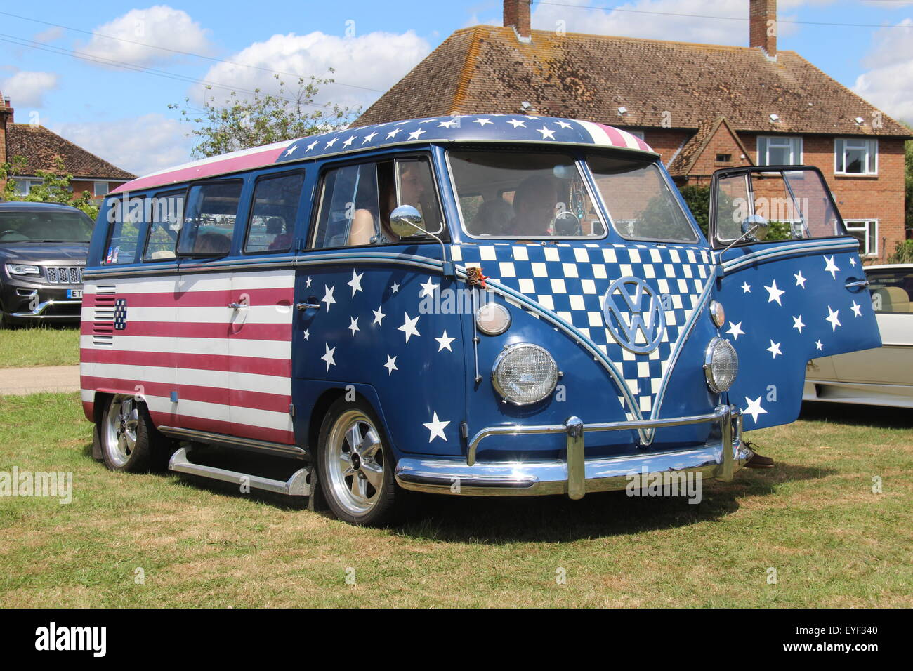 A VINTAGE VW VOLKSWAGEN SPLIT-SCREEN CAMPER VAN BUS IN AMERICAN USA FLAG COLOURS AT A VINTAGE SHOW IN THE UK - Stock Image
