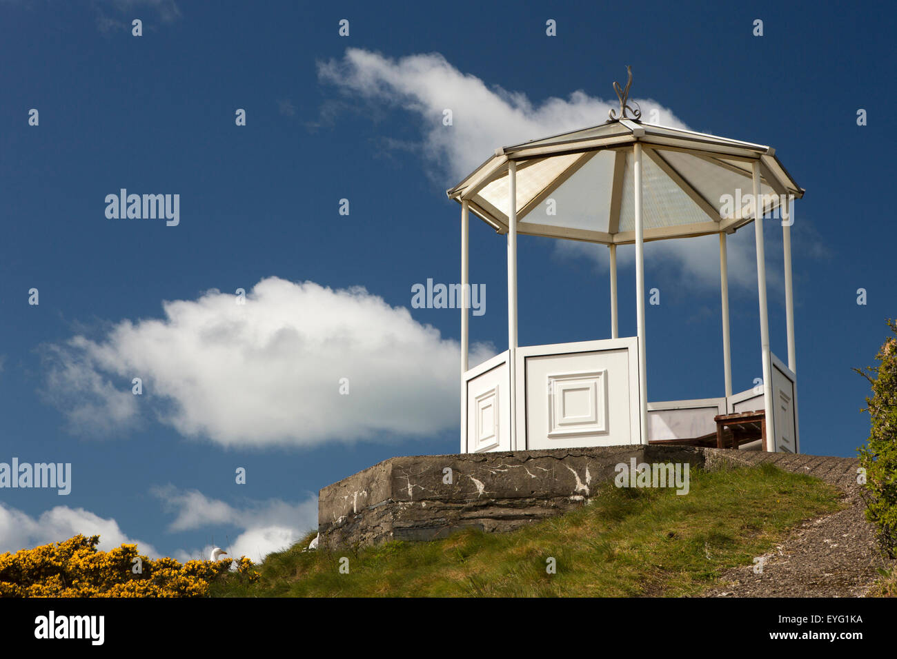 UK, Wales, Gwynedd, Aberdovey, Pen y Bryn bandstand viewpoint above the village - Stock Image