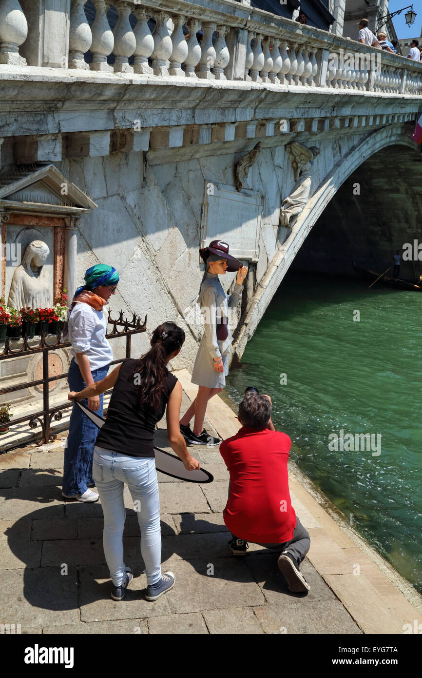 Professional fashion photo shooting in Venice, Ponte di Rialto Bridge - Stock Image