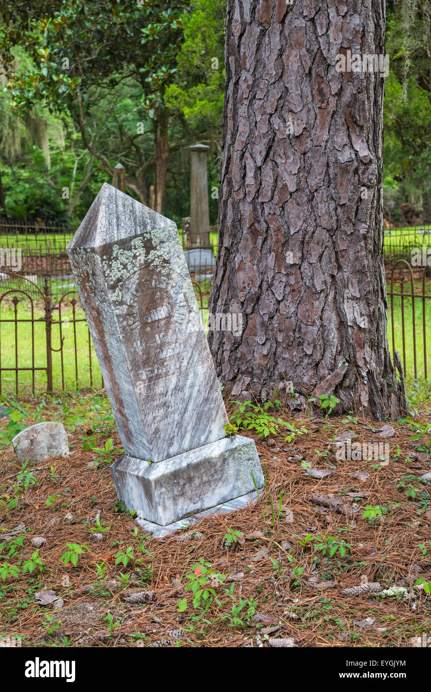 Old grave marker leaning over in a small cemetery in rural North Florida. - Stock Image