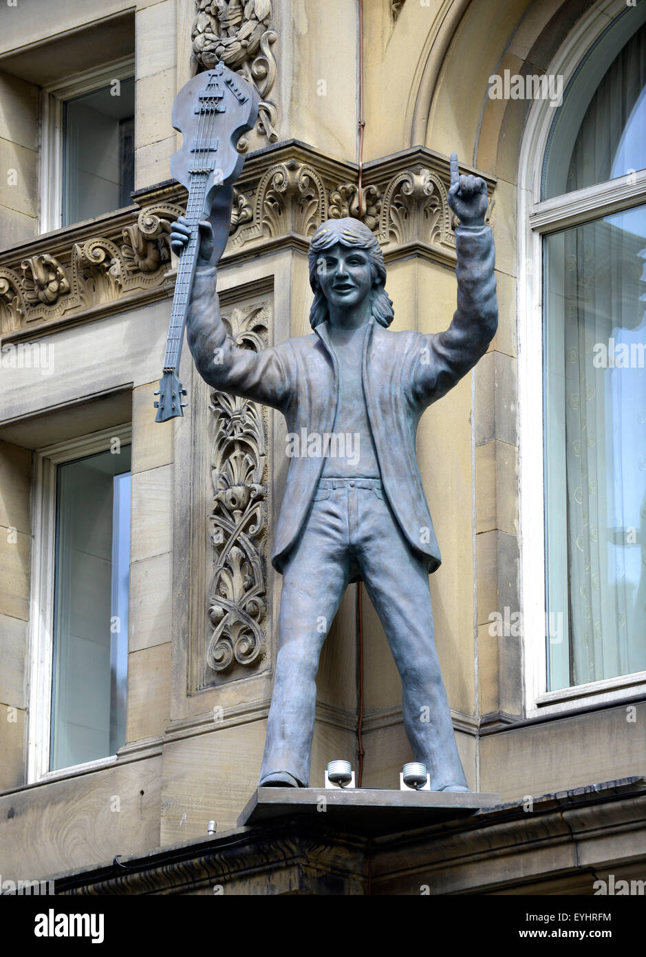 Statue of Paul McCartney on the exterior of the Hard Day's Night Hotel. The City of Liverpool, Britain, UK - Stock Image