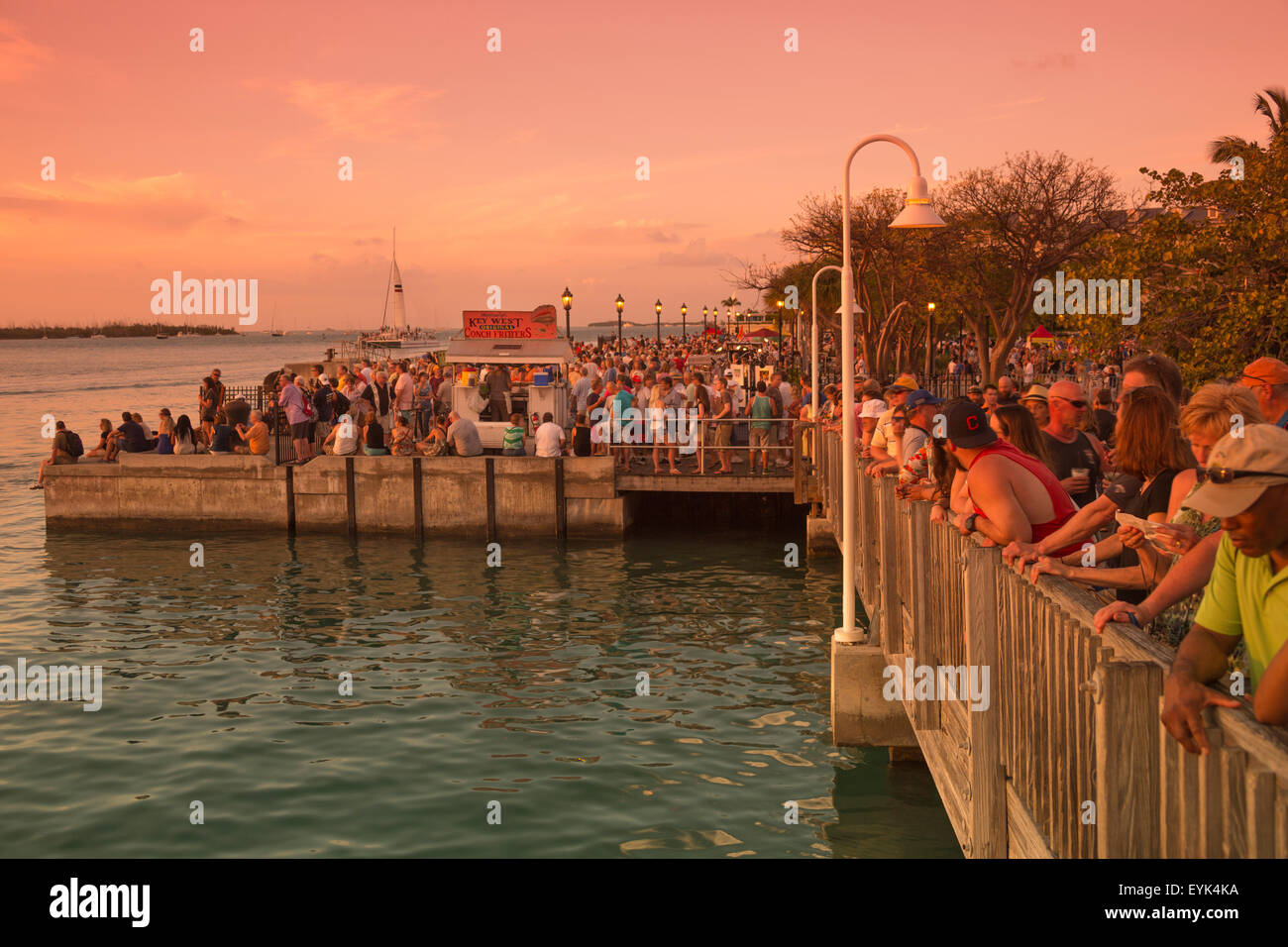 TOURISTS WATCHING SUNSET MALLORY SQUARE OLD TOWN HISTORIC DISTRICT KEY WEST FLORIDA USA - Stock Image