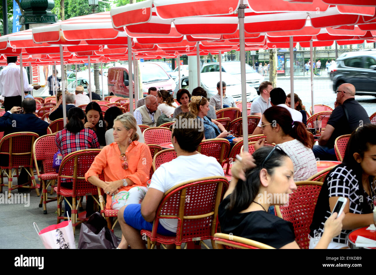 Outdoor dining in a Cafe on the Avenue des Champs Elysees in Paris. - Stock Image