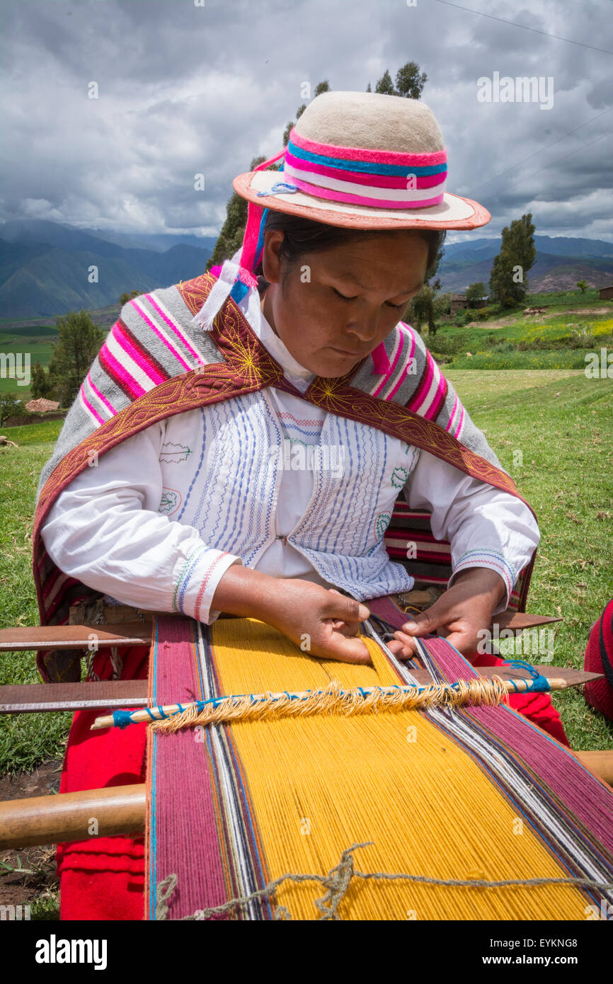 Quechua woman weaving cloth in Misminay Village, Sacred Valley, Peru. - Stock Image