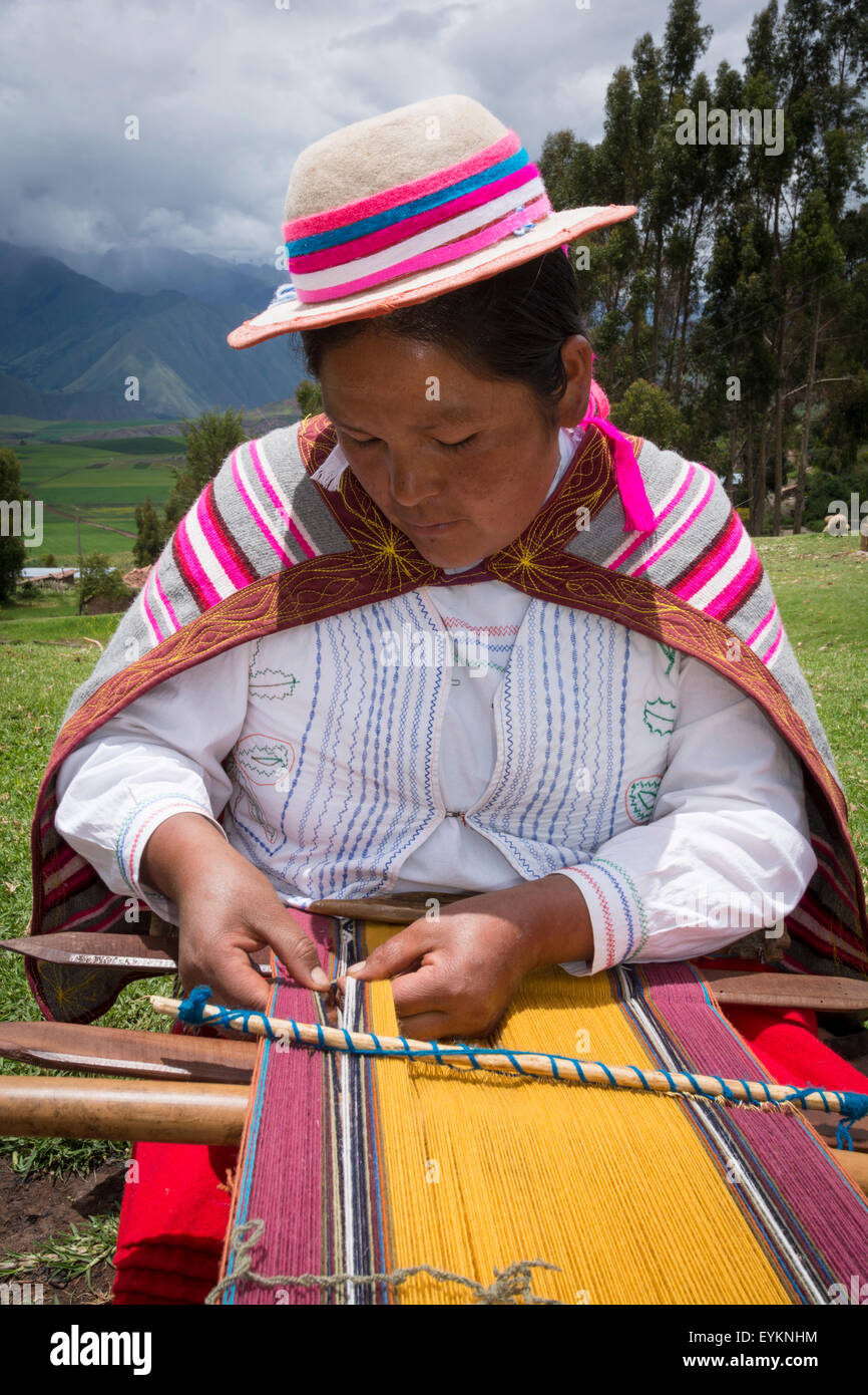 Quechua woman weaving cloth in village of Misminay, Sacred Valley, Peru. - Stock Image