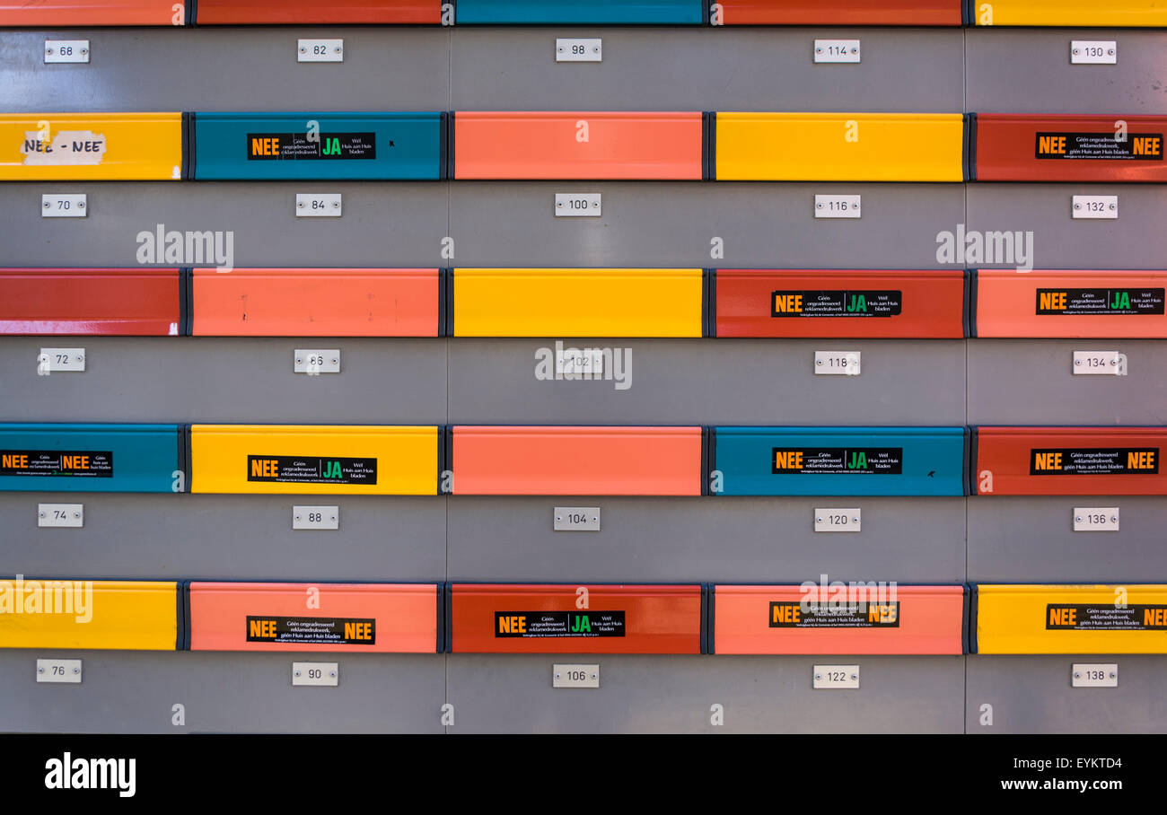 https://c8.alamy.com/comp/EYKTD4/apartment-block-mail-slots-at-in-rotterdam-the-netherlands-ja-yes-EYKTD4.jpg