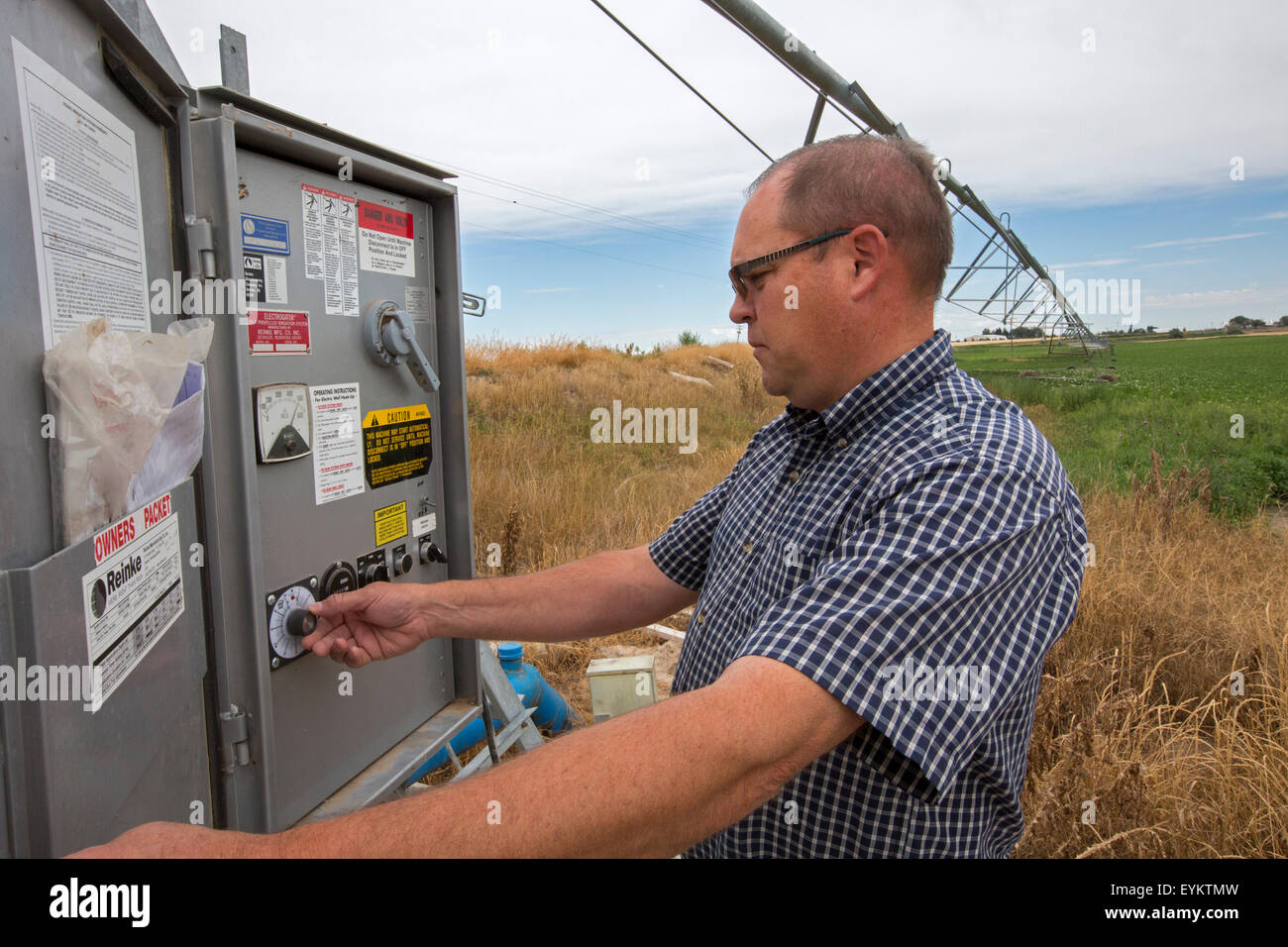 Shelley, Idaho - Idaho potato farmer Bryan Searle adjusts the controls for a center-pivot irrigation system on his - Stock Image