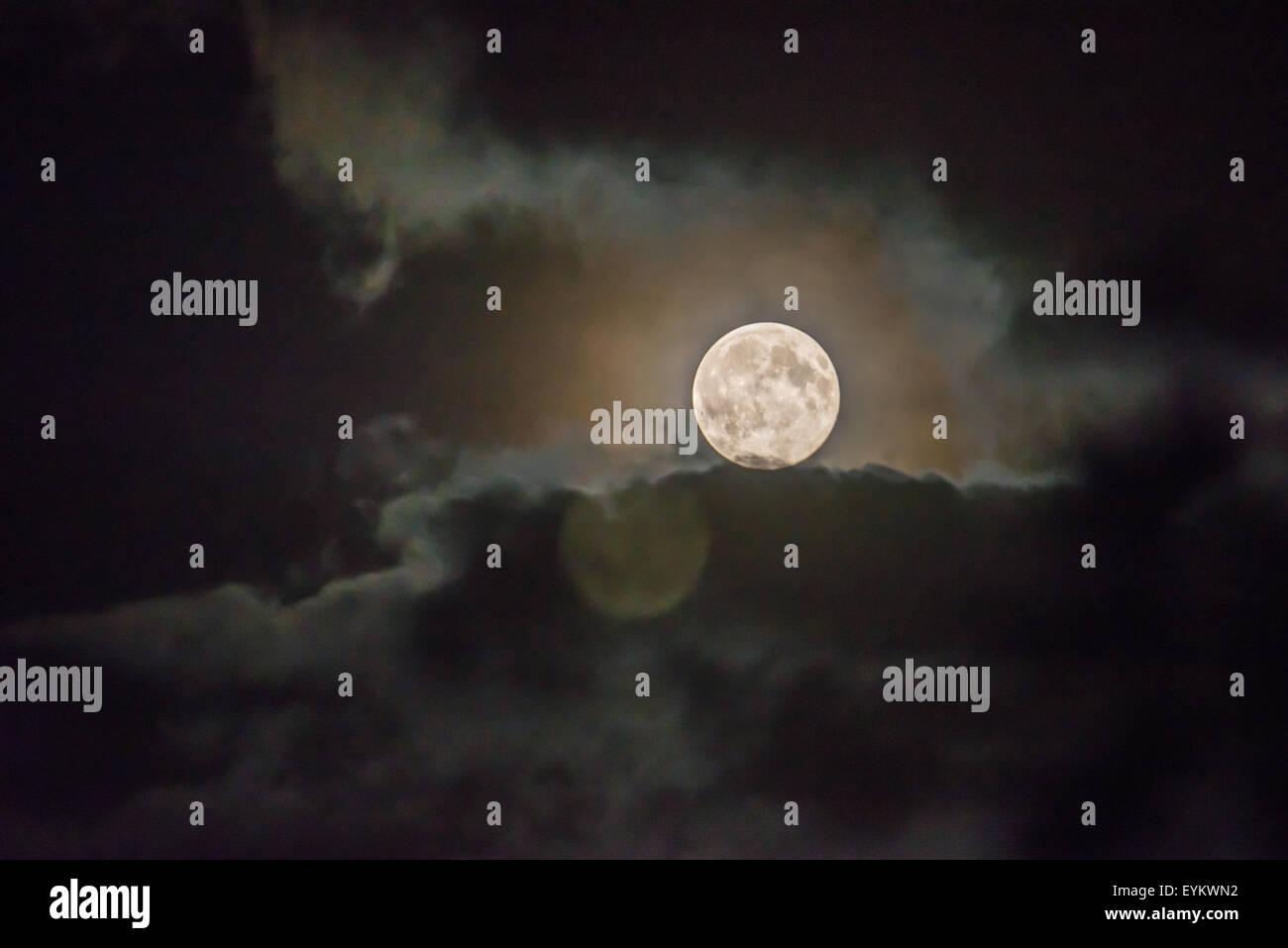 London, UK. 31st July 2015. The Blue Moon over London. Credit:  Matthew Chattle/Alamy Live News - Stock Image