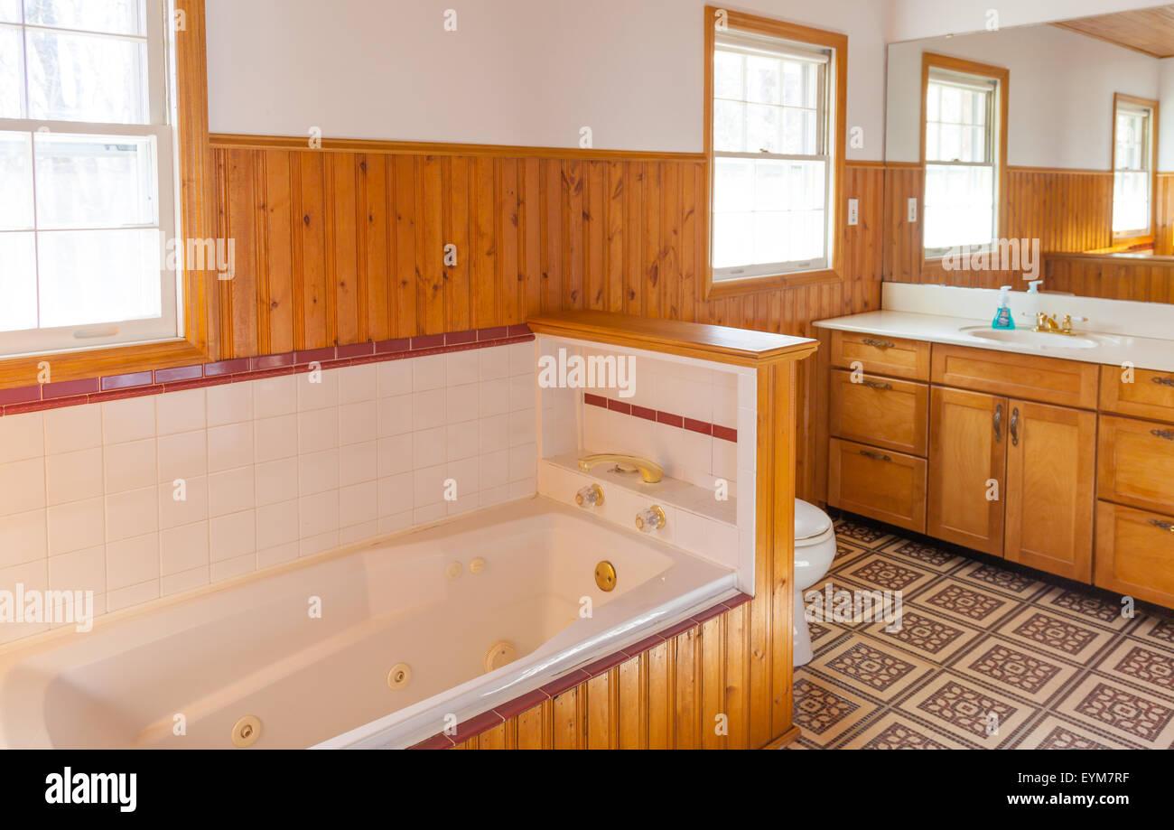 Wood panel bathroom with jacuzzi bathtub - Stock Image
