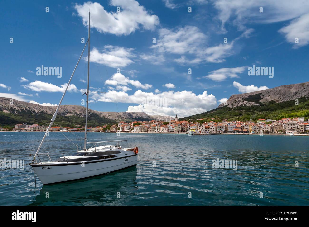Bucht von Baska, Insel Krk, Kroatien mit Segelboot - Stock Image
