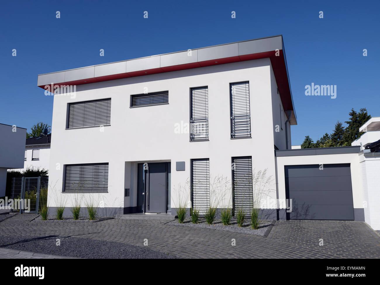 Einfamilienhaus mit Garage, Deutschland, Nordrhein-Westfalen, Mönchengladbach - Stock Image
