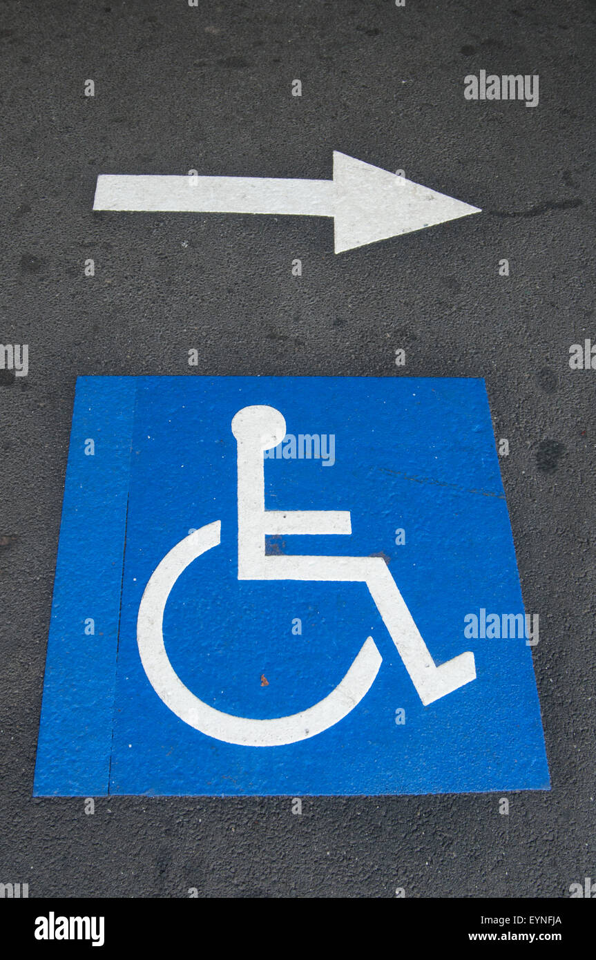 Disability access marking on the platform at Windsor station, Melbourne - Stock Image