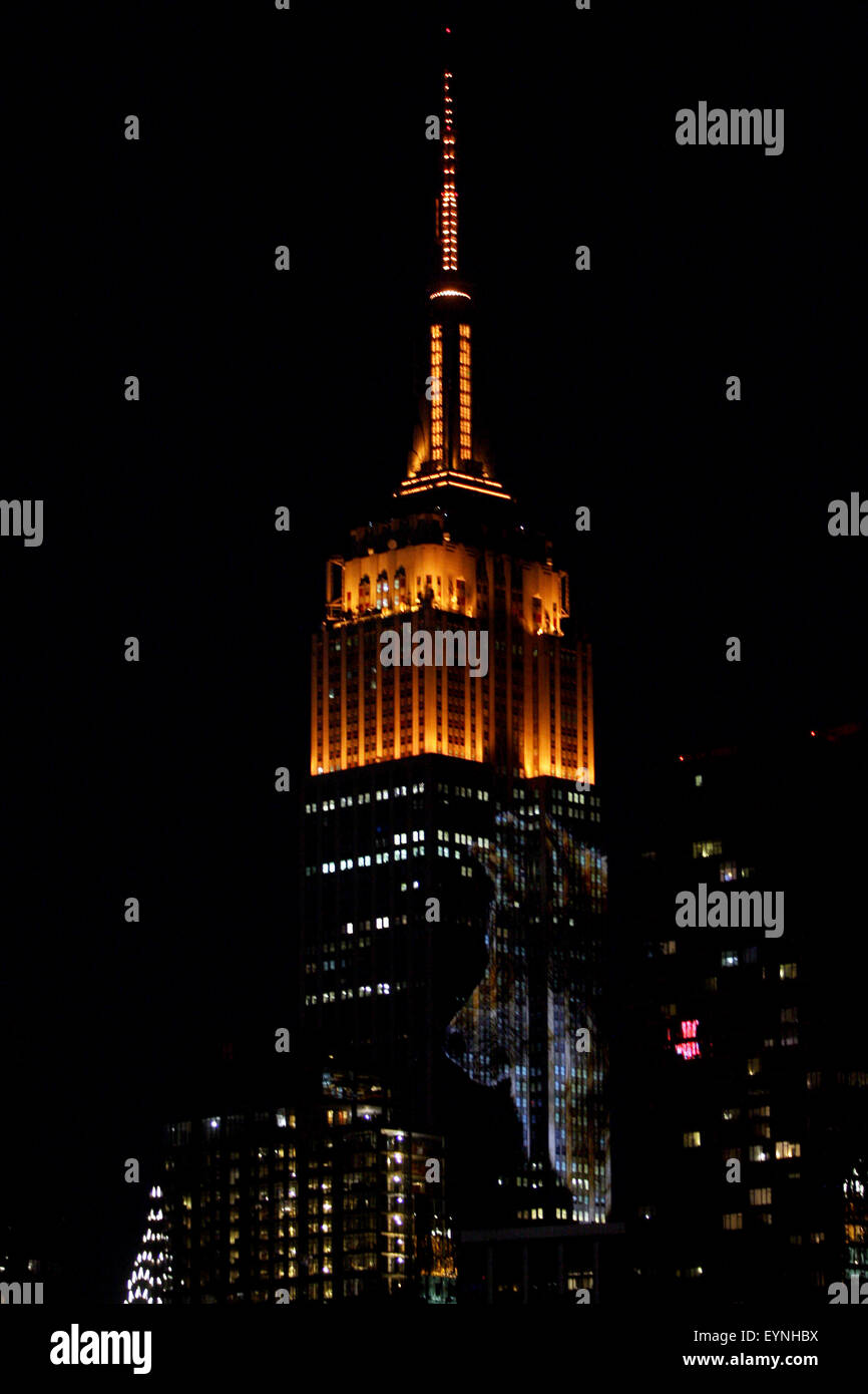 New York City, USA. 1st Aug, 2015. Digital images of endangered species are projected onto the south face of New - Stock Image