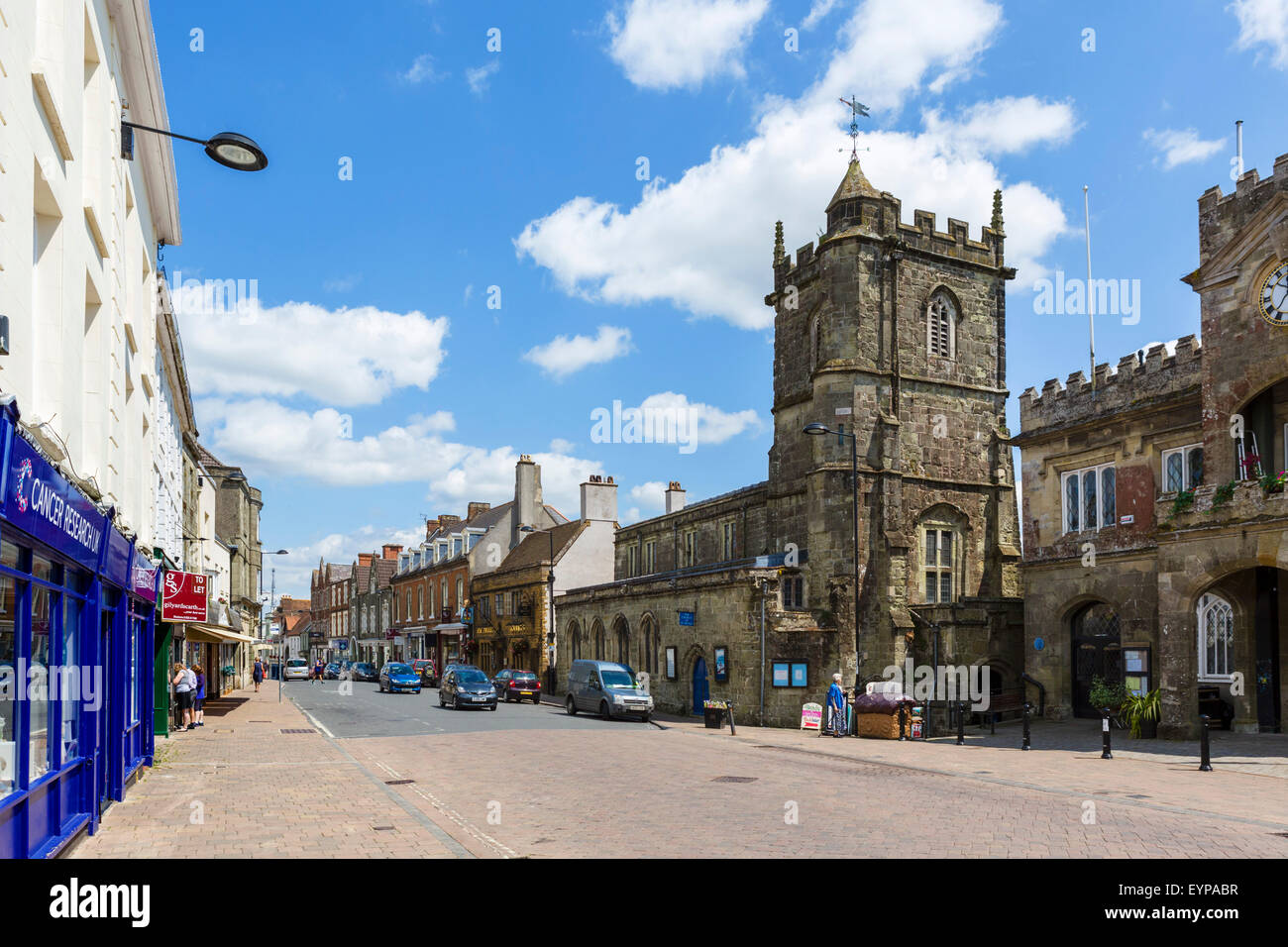 The High Street with Saint Peter's Church and the Town Hall to the right, Shaftesbury, Dorset, England, UK - Stock Image
