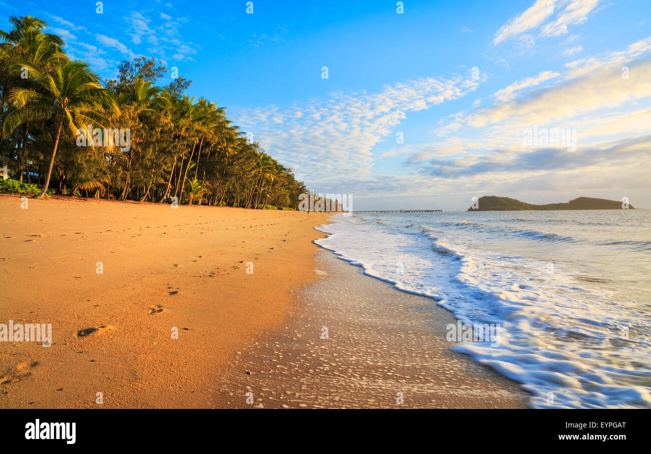 Palm Cove beach at sunrise with Double Island in the distance. Cairns, Queensland - Stock Image