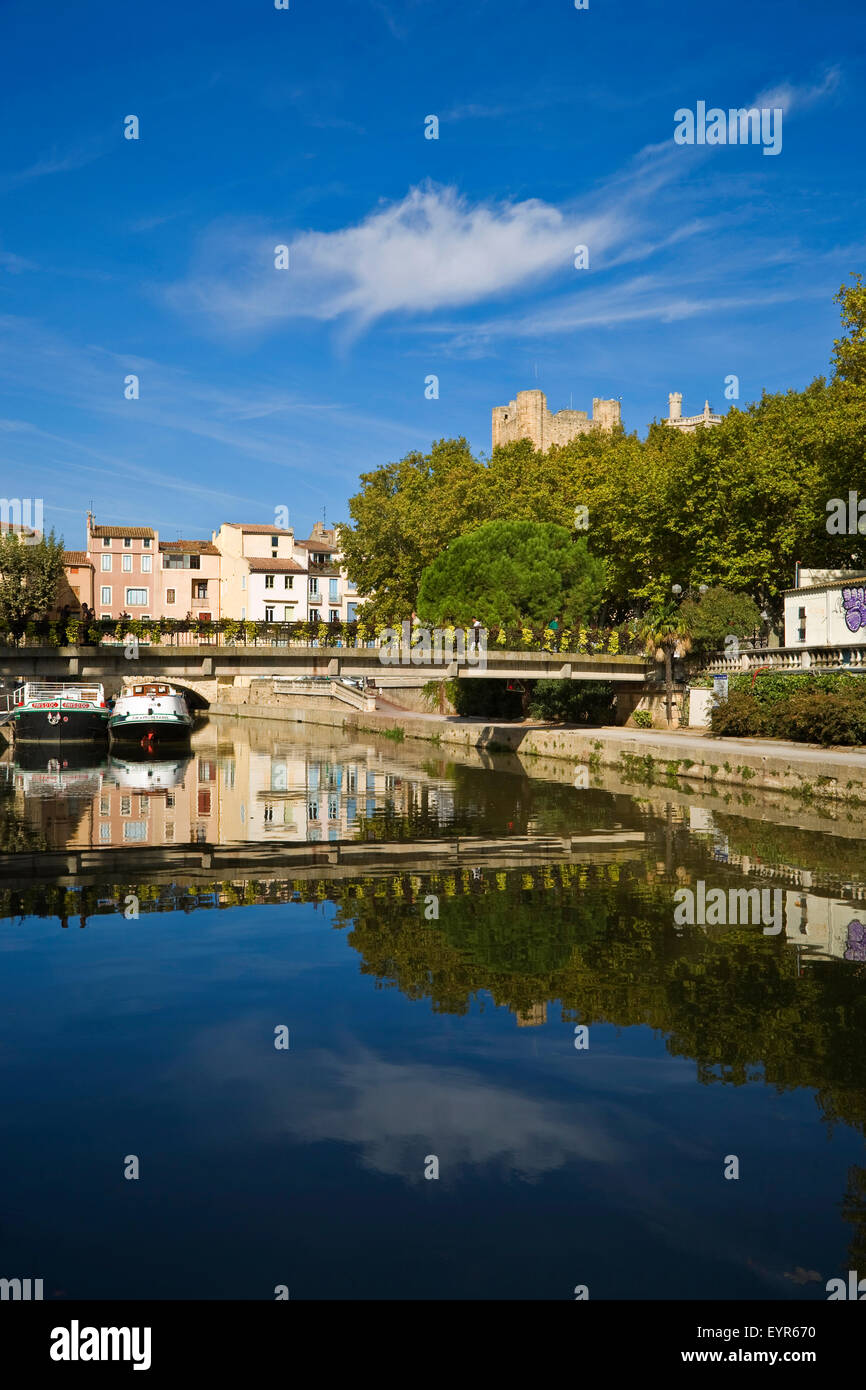 Footbridge over the Canal du Midi. Behind is the 1st Century Pont de Marchands inhabited bridge in Narbonne, Languedoc - Stock Image