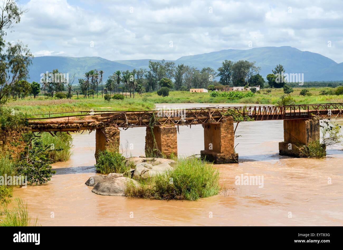 Ruins of a bridge in rural Angola, Benguela province - Stock Image