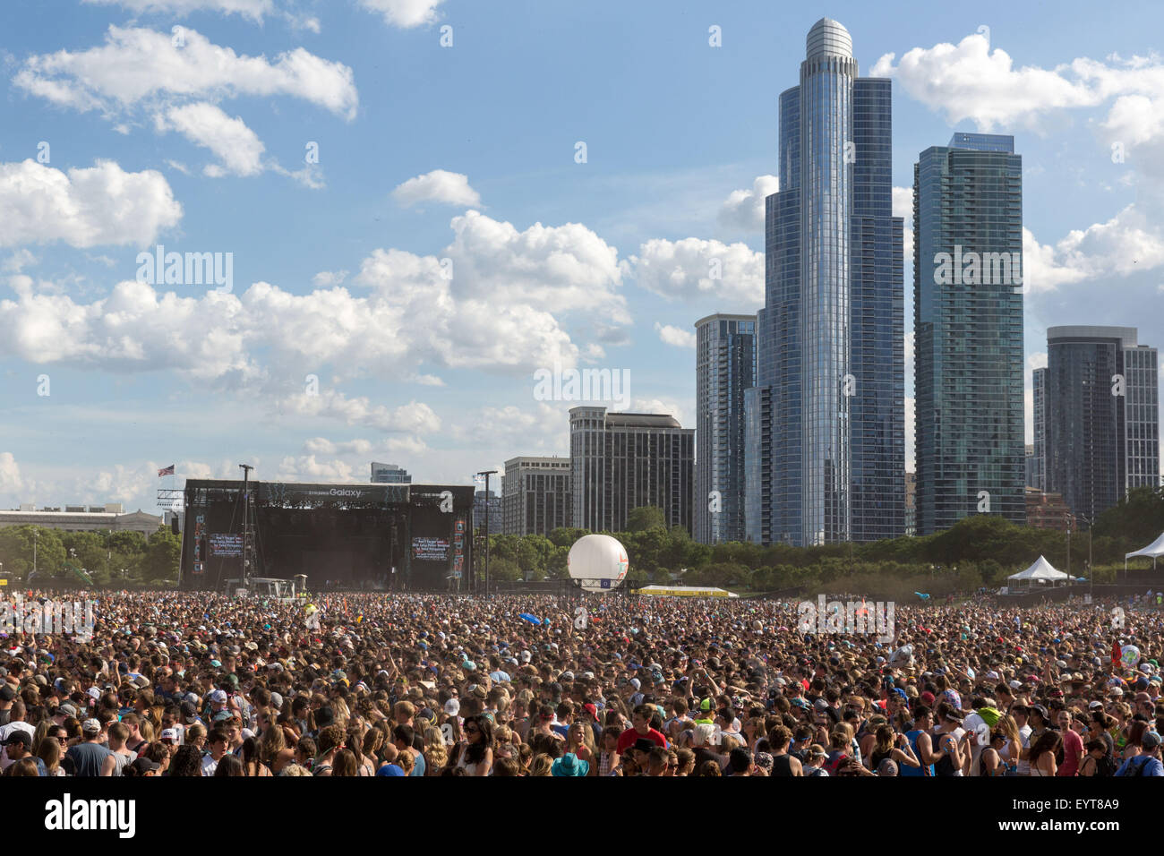 Chicago, Illinois, USA. 1st Aug, 2015. Fans crowd the stage at Grant Park during Walk the Moon at the Lollapalooza - Stock Image