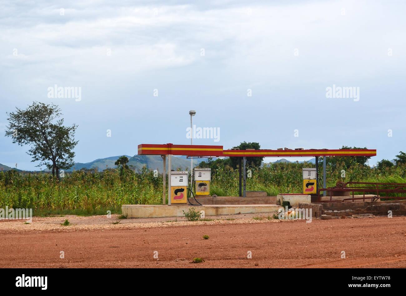 Ruins of a Sonangol petrol station in rural Angola, Benguela province - Stock Image
