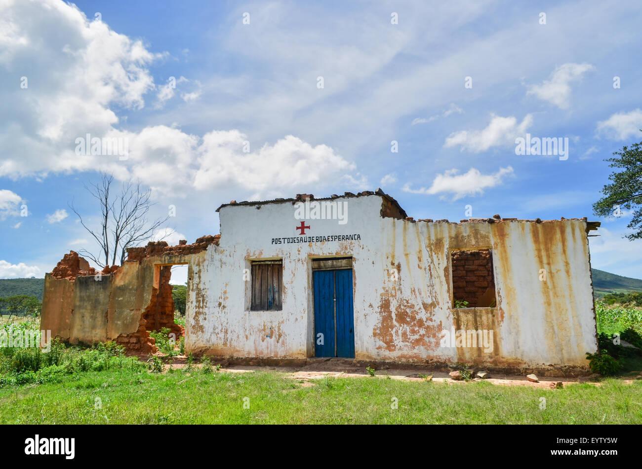 Ruins of a health center (posto do saude) in rural Angola - Stock Image