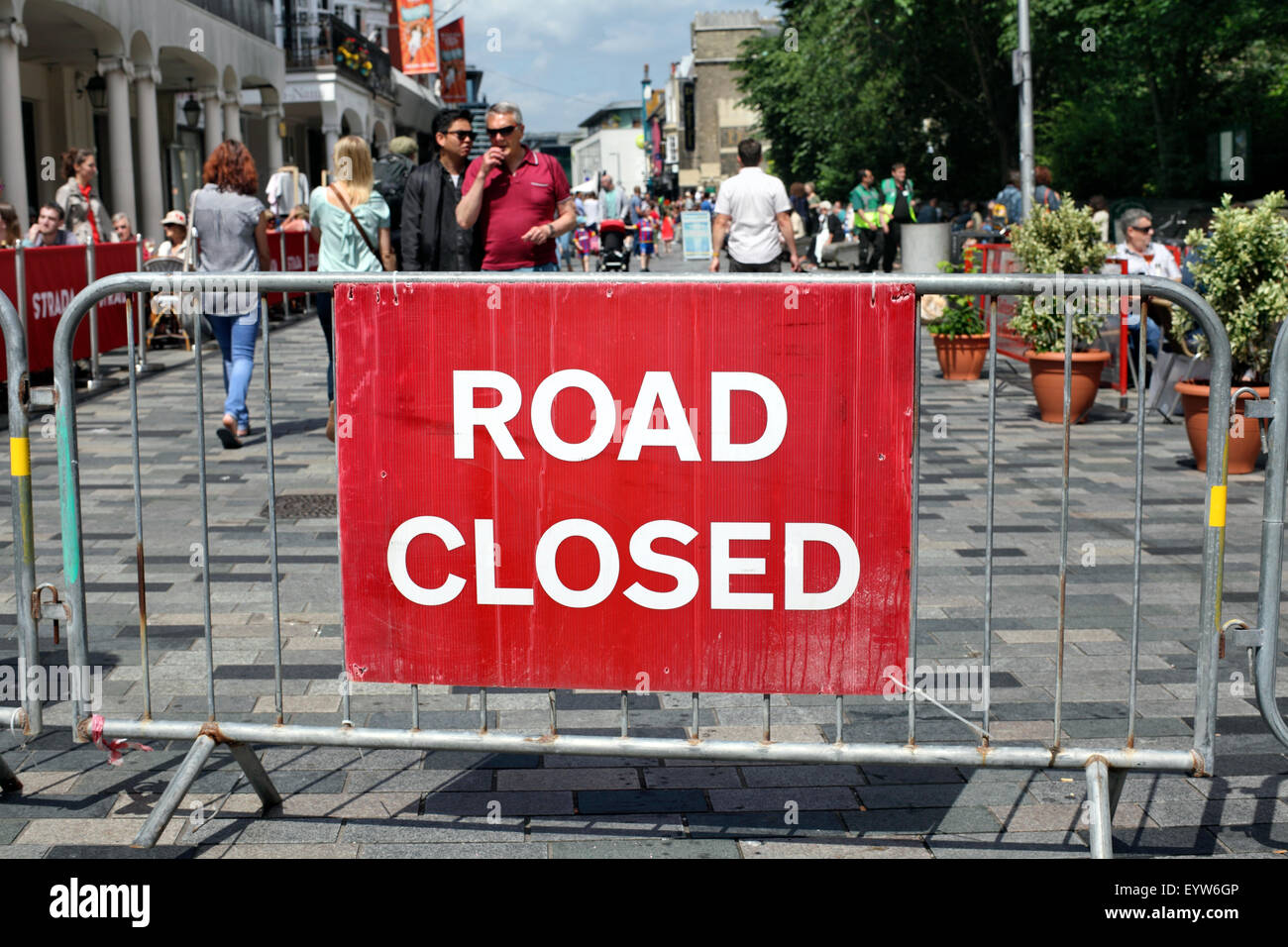 """A """"Road Closed"""" sign at the end of New Road in Brighton city centre. - Stock Image"""