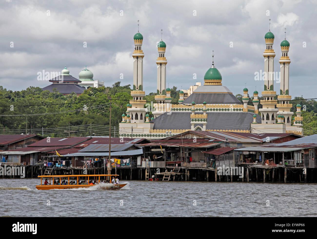 Tourist boat past the Jame' Asr Hassanil Bolkiah mosque in Bandar Seri Begawan, Brunei, Southeast Asia, Asia - Stock Image
