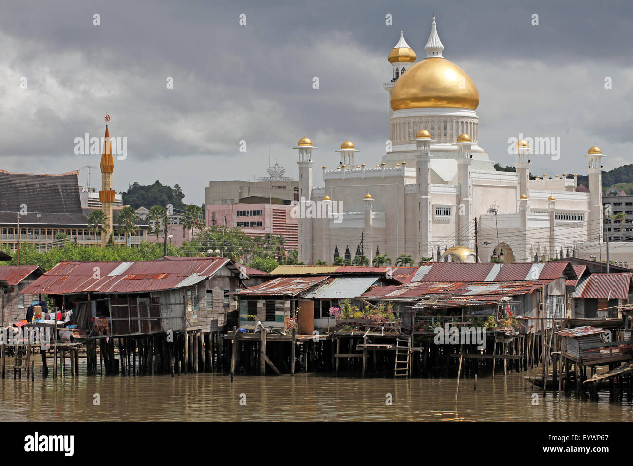 Boats and water village with Omar Ali Saifuddien mosque in Bandar Seri Begawan, Brunei, Southeast Asia, Asia - Stock Image