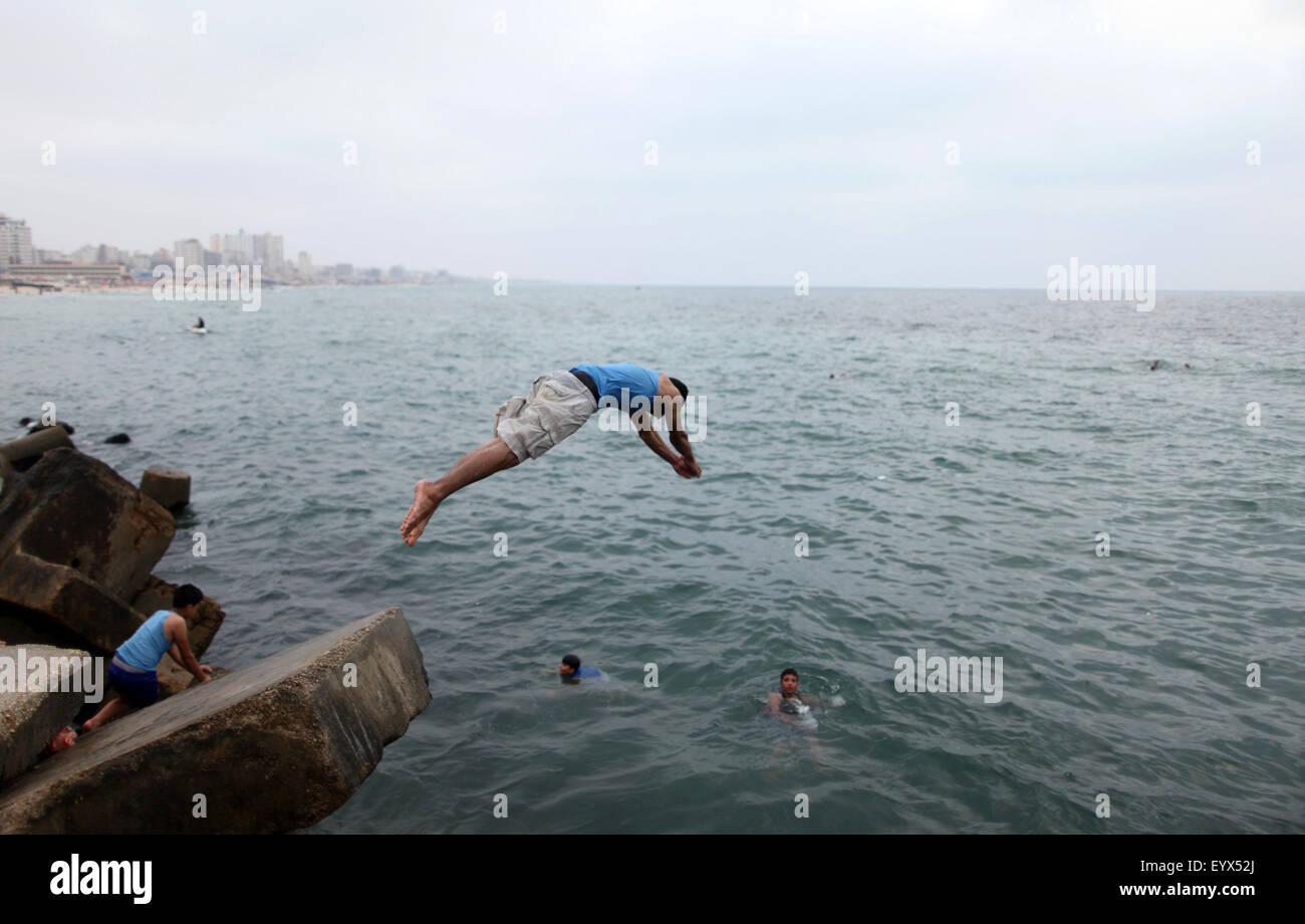 Gaza City, Gaza Strip, Palestinian Territory. 4th Aug, 2015. A Palestinian youth dives into the Mediterranean Sea - Stock Image