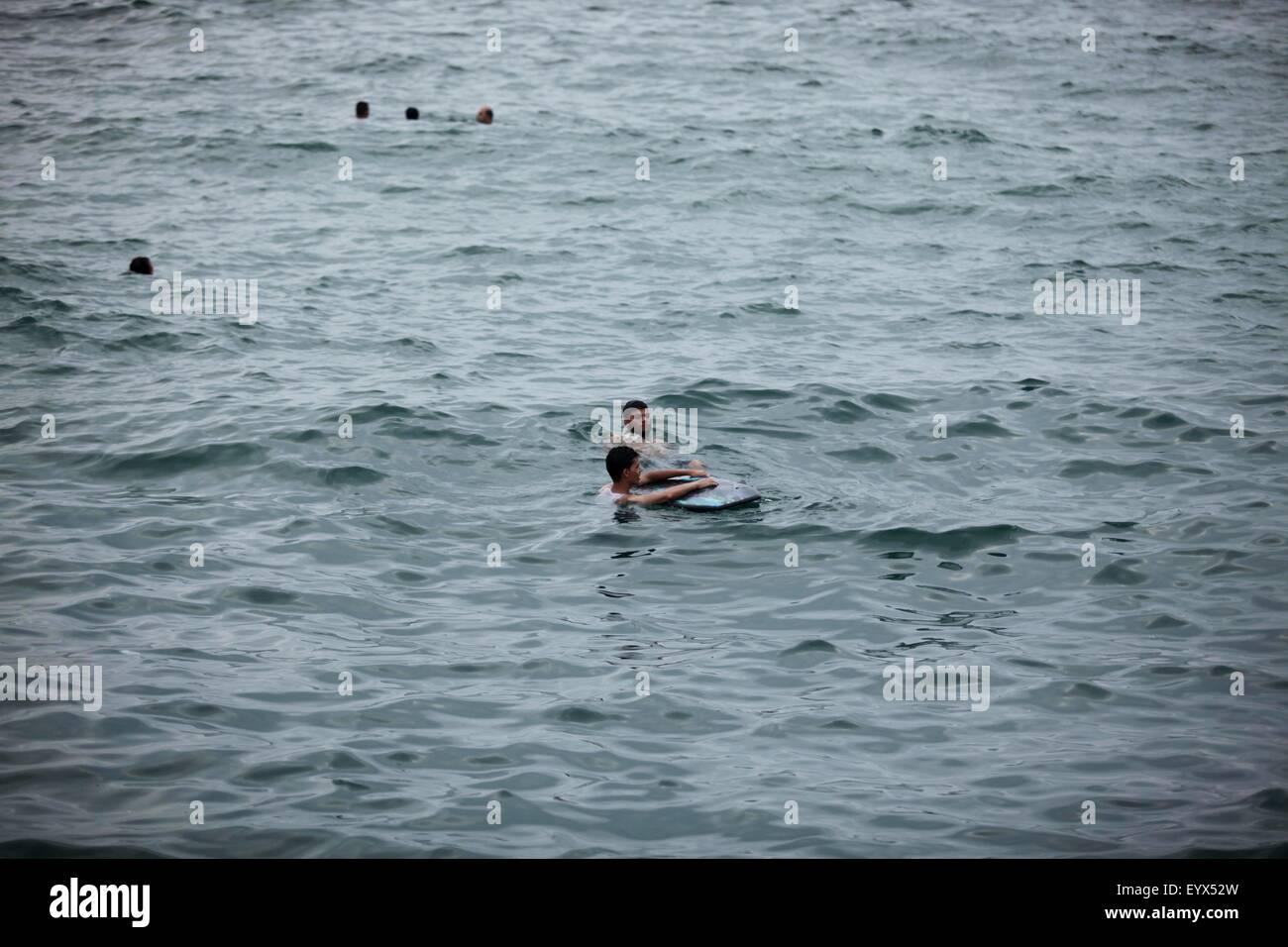 Gaza City, Gaza Strip, Palestinian Territory. 4th Aug, 2015. Palestinians swim in the Mediterranean Sea on the coast - Stock Image