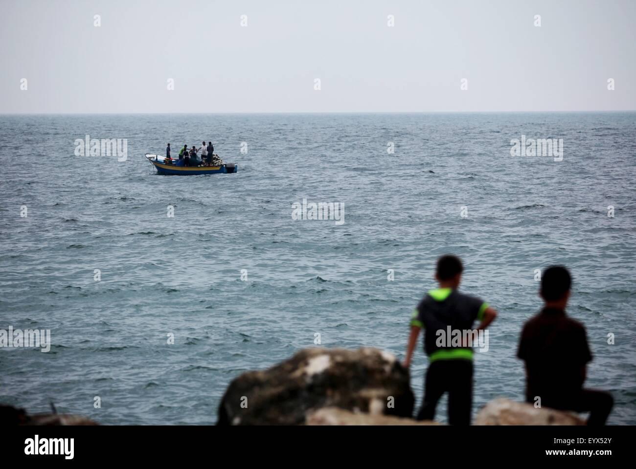 Gaza City, Gaza Strip, Palestinian Territory. 4th Aug, 2015. Palestinians enjoy the beach of the Mediterranean Sea - Stock Image