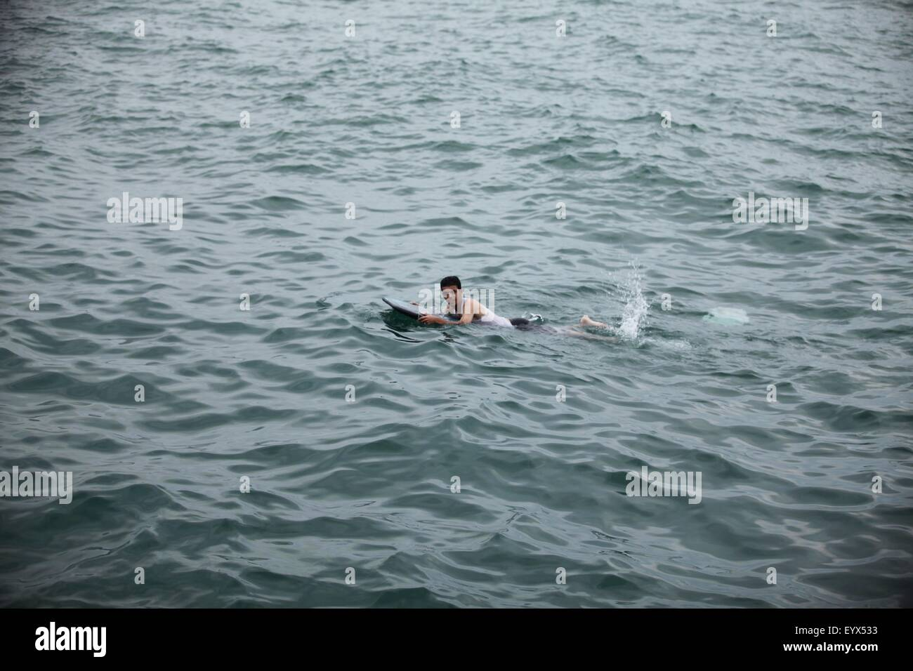 Gaza City, Gaza Strip, Palestinian Territory. 4th Aug, 2015. A Palestinian man swims in the Mediterranean Sea on - Stock Image
