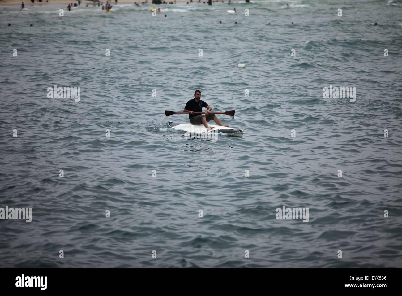 Gaza City, Gaza Strip, Palestinian Territory. 4th Aug, 2015. A Palestinian man rides a boat in the Mediterranean - Stock Image