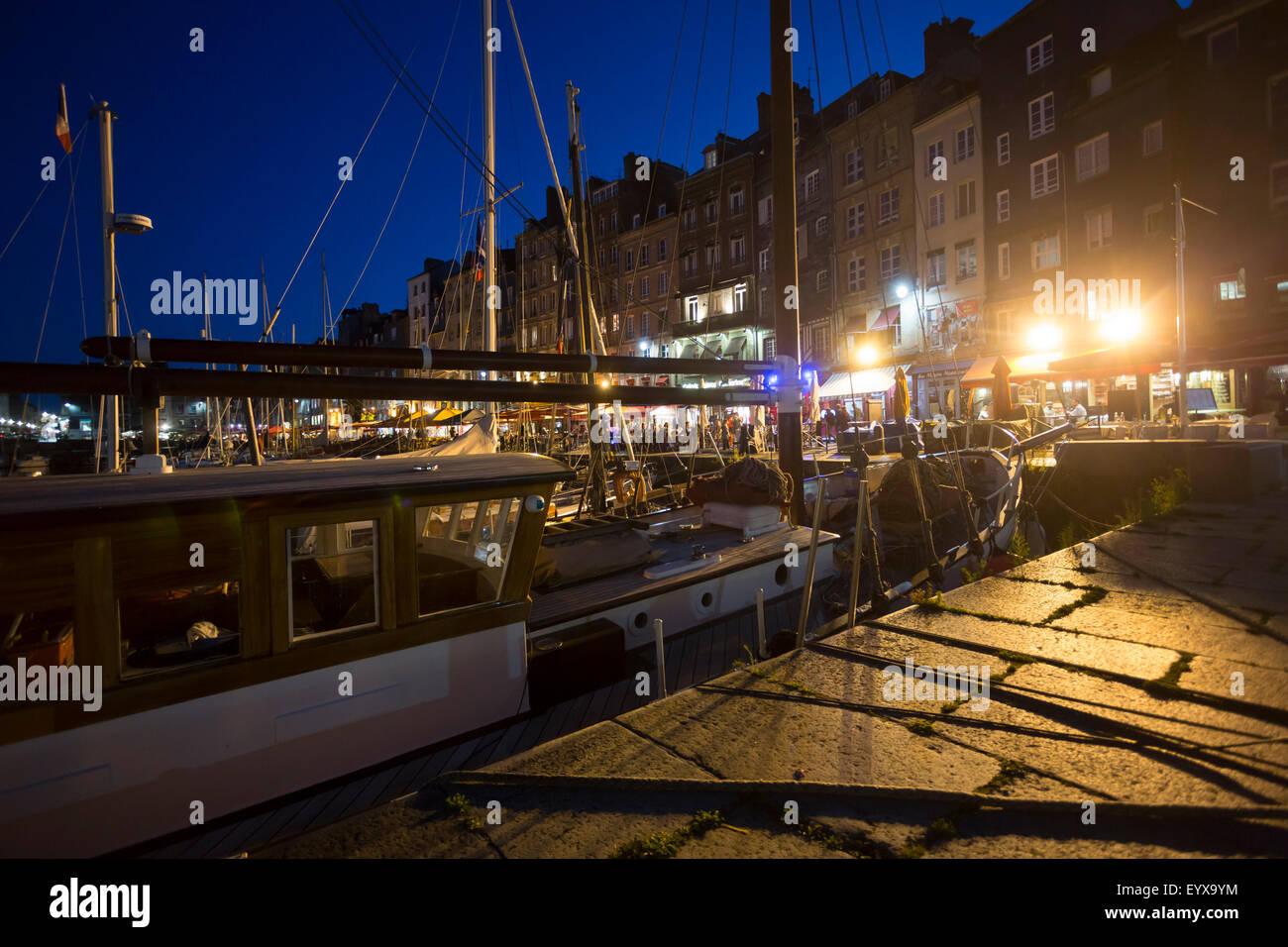 FRA, Frankreich, Normandie, Calvados, 30. Juli 2015: Ein Segelboot liegt zur Blauen Stunde im Abendlicht im Alten - Stock Image