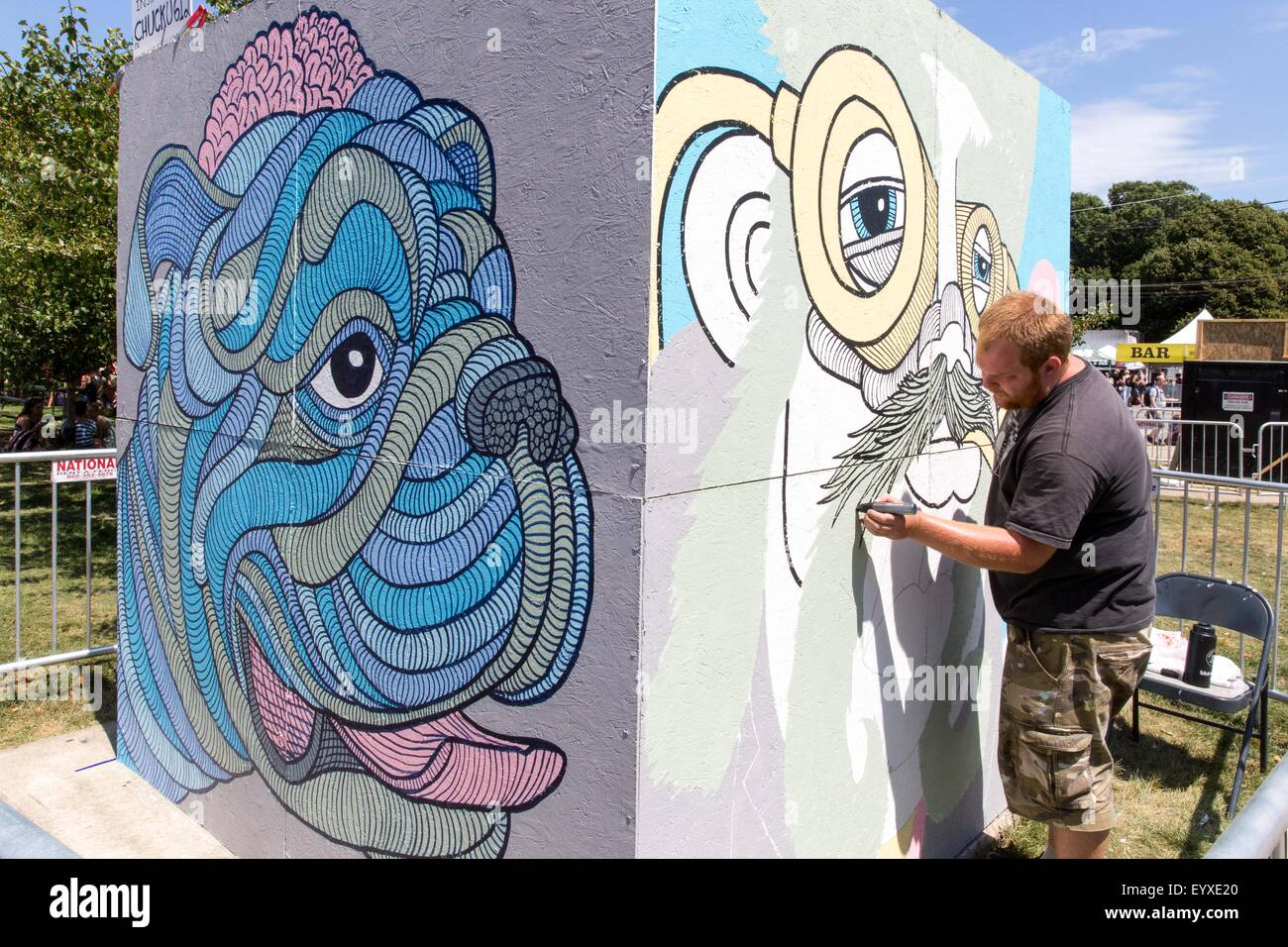 Chicago, Illinois, USA. 2nd Aug, 2015. An artist creates a mural in Grant Park during the Lollapalooza Music Festival - Stock Image