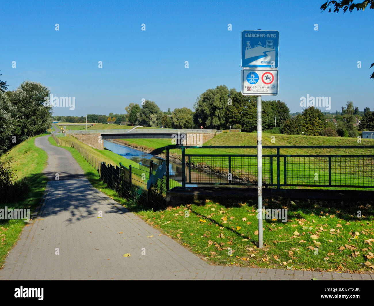 foot and cycle path along canalised River Emscher, Germany, North Rhine-Westphalia, Ruhr Area, Oberhausen - Stock Image