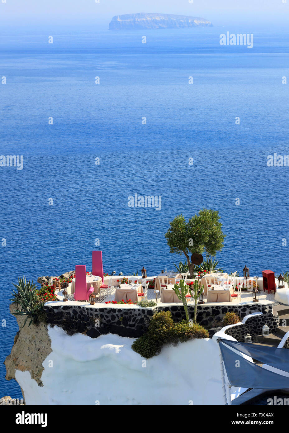 terrace of a hotel at the steep coast at the Mediterranean Sea, Greece, Cyclades, Santorin, Oia - Stock Image