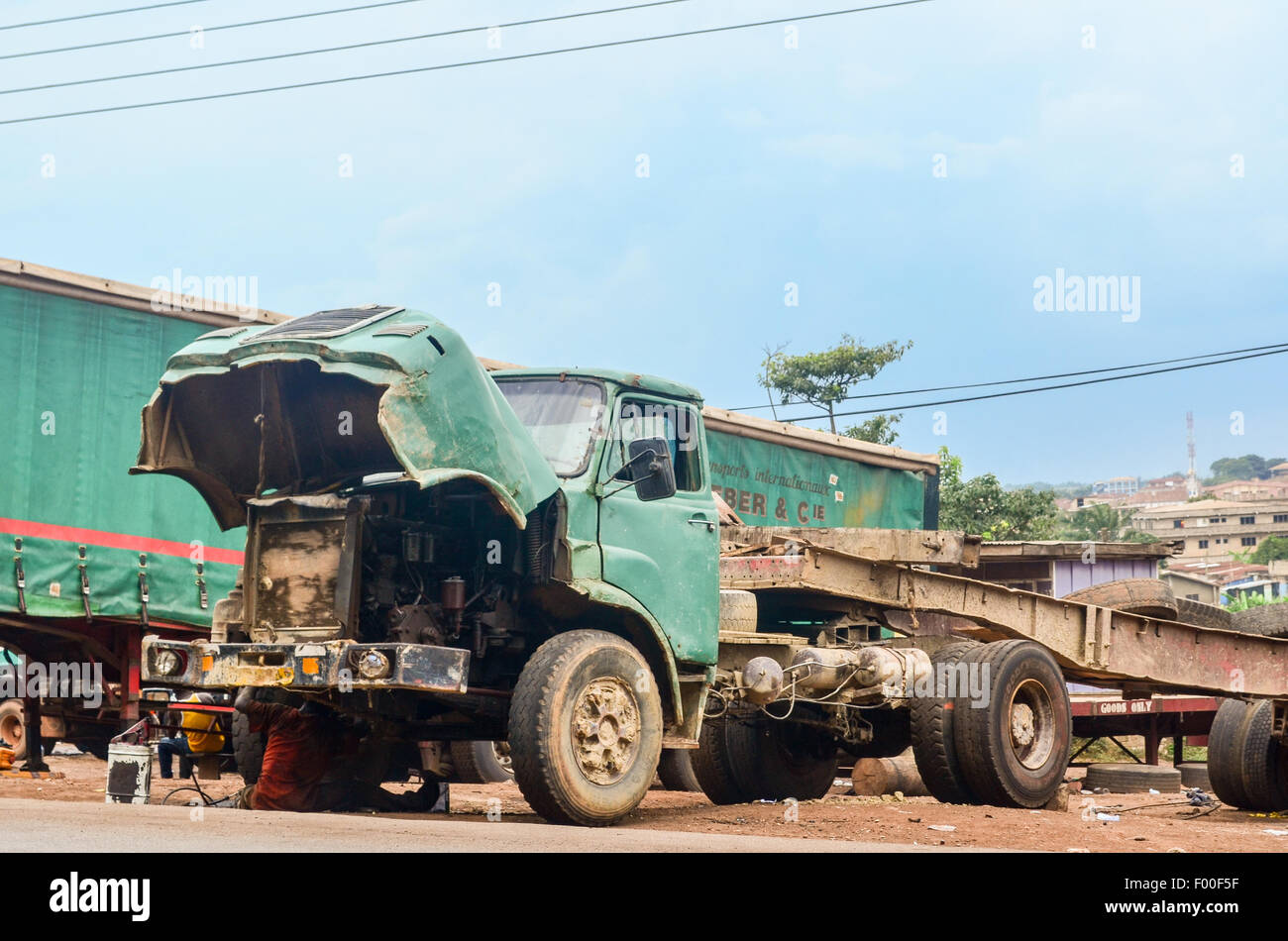 Truck being repaired in Suame Magazine, suburbs of Kumasi, one of the biggest industrial areas in Africa - Stock Image