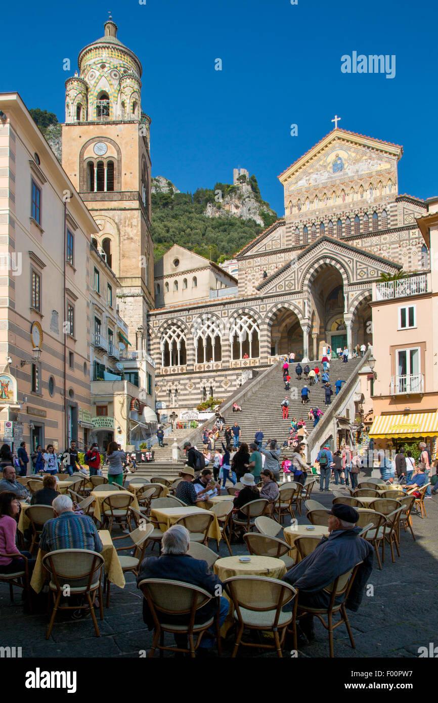 Outdoor cafes in Piazza Duomo below Cattedrale di Sant'Andrea or Duomo di Amalfi, Amalfi, Campania, Italy - Stock Image