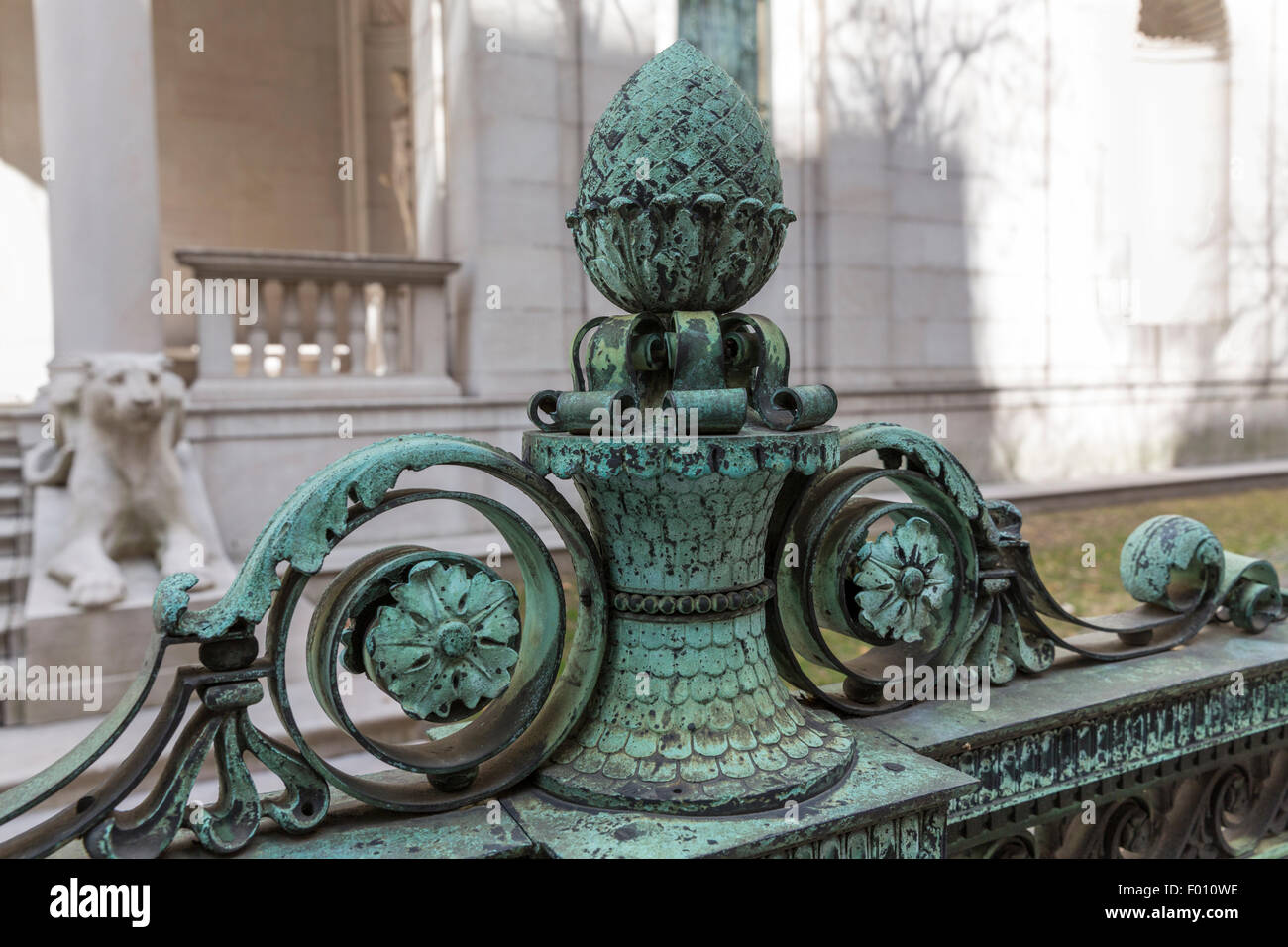 Patinated bronze artichoke and leaf scroll atop a fence at the Frick Collection in New York - Stock Image