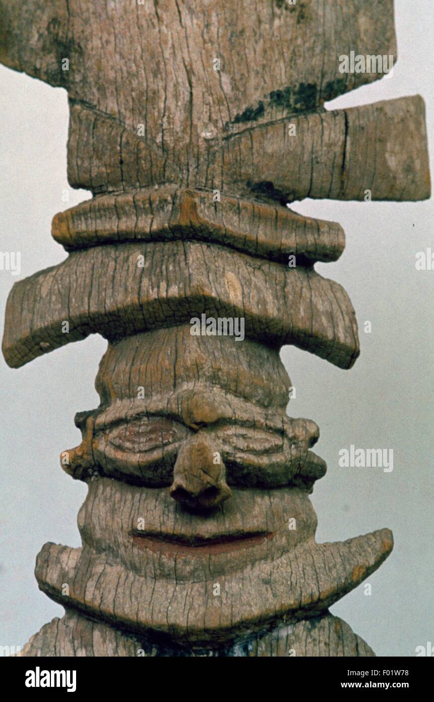 Wood carving depicting the first ancestor, on the roof of the House of Men (centre of Aboriginal social and religious - Stock Image