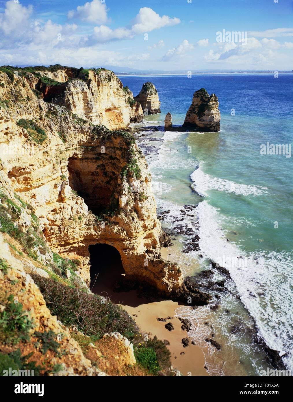 The beach and the cliffs of Ponta da Piedade coast, near Lagos, Algarve, Portugal. - Stock Image
