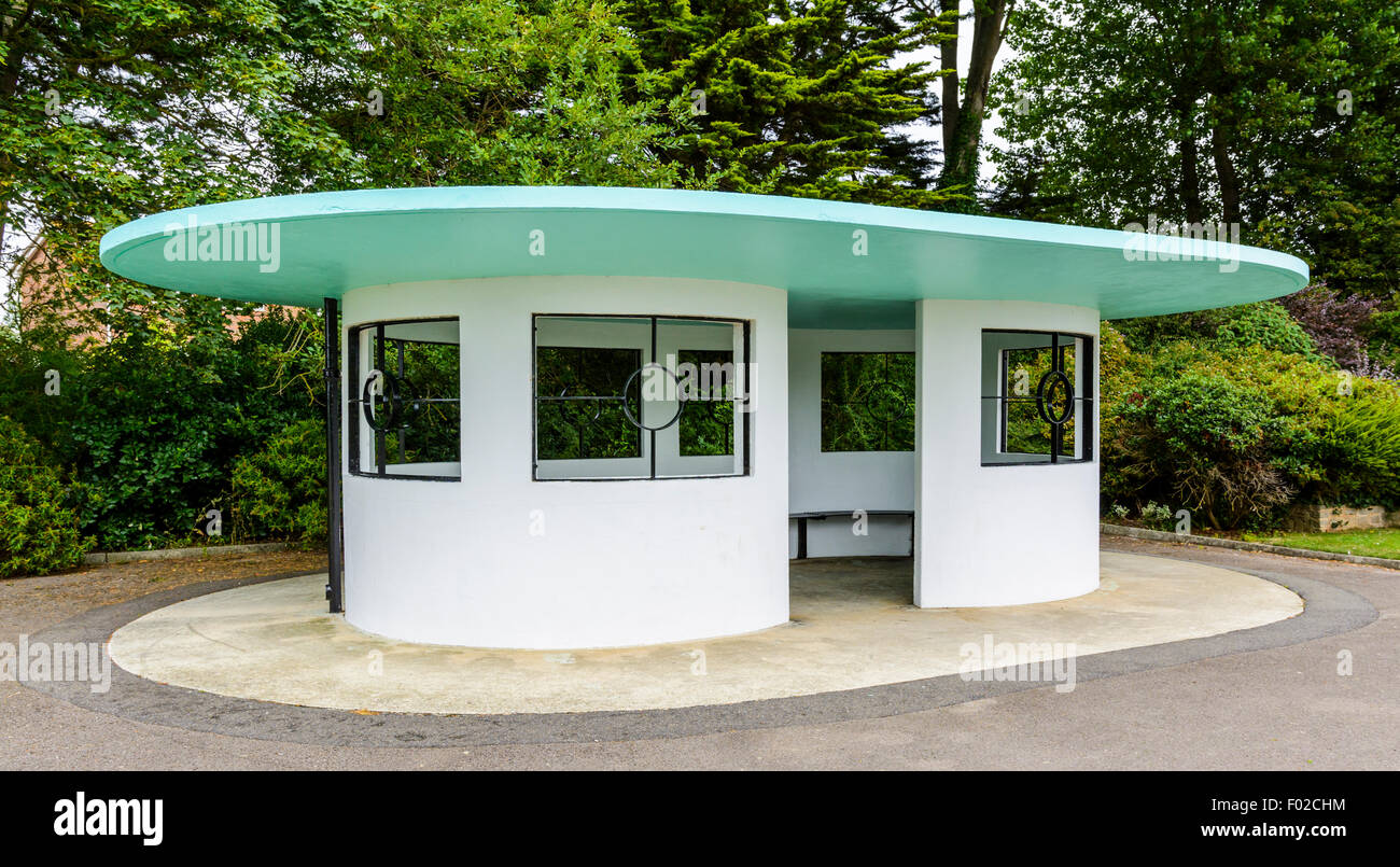 Art Deco shelter built in the 1930's in Mewsbrook Park, Littlehampton, West Sussex, England, UK. - Stock Image