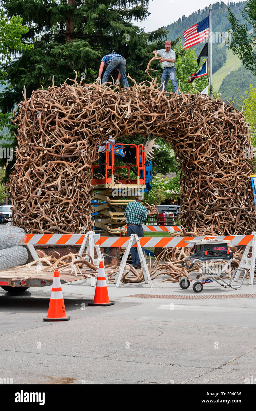 Workers construct  large unusual  arches of shed elk antlers, Jackson, Wyoming,  USA, Jackson, Wyoming,  USA - Stock Image