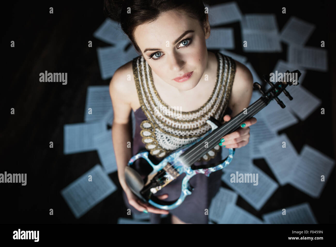 girl posing and holding a violin - Stock Image