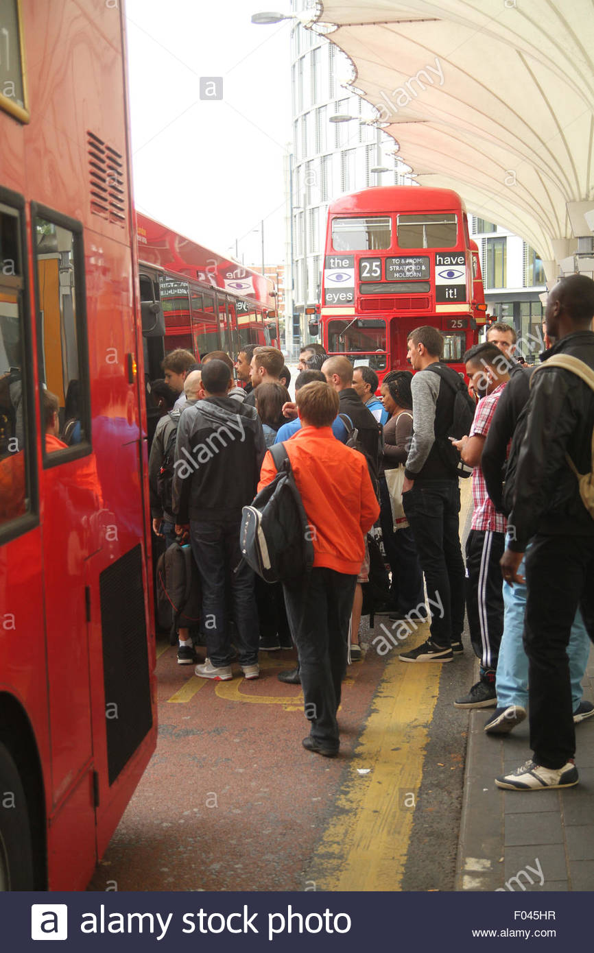London, UK. 6th Aug, 2015.  Queues for old routemaster An extra 250 buses, including the older routemaster models, - Stock Image